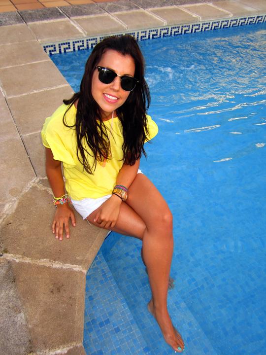 camiseta amarilla zara